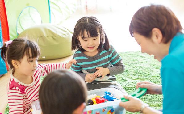 スタッフと遊ぶ子ども達の様子